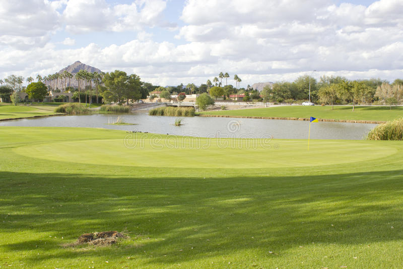 Giacimento del club di golf con lo stagno immagine stock