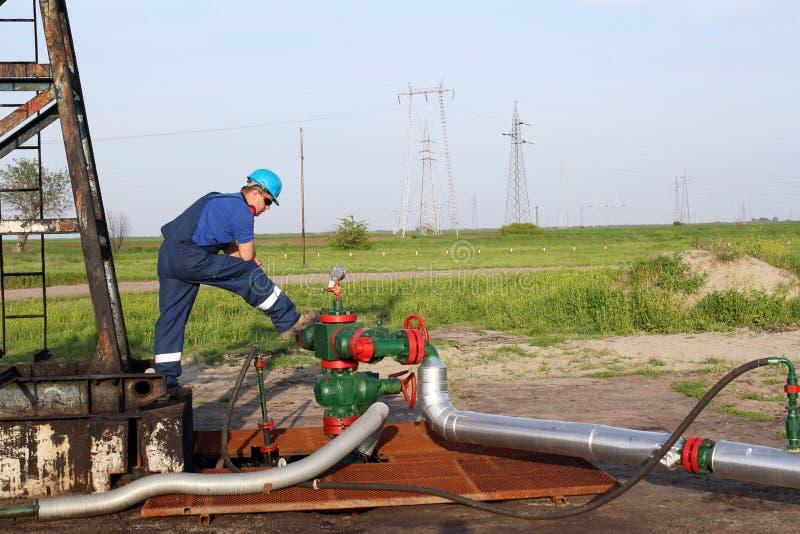 Giacimento di petrolio con il lavoratore fotografie stock