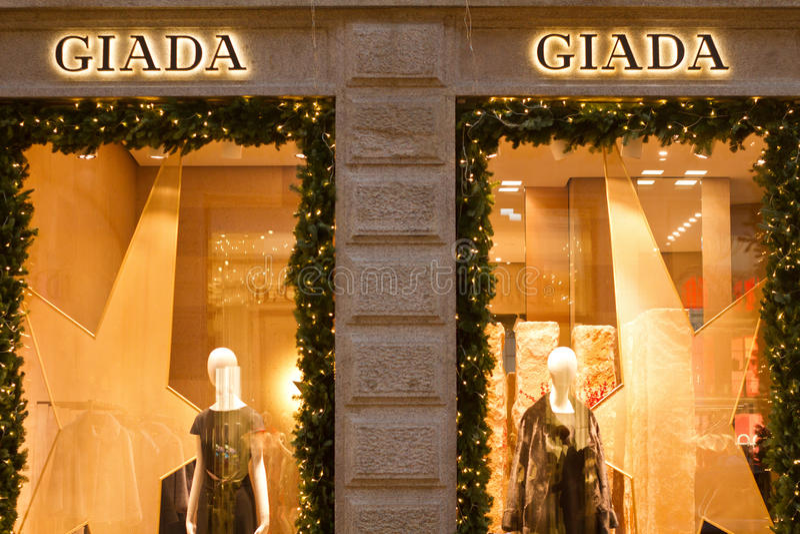 Giada shoppar i den Quadrilatero dOroen royaltyfri foto