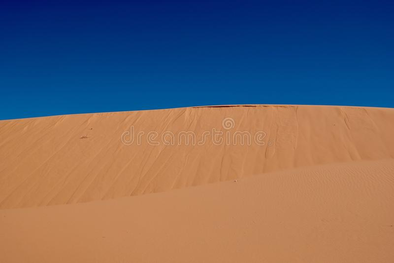 Giallo sabbia e cielo blu immagine stock