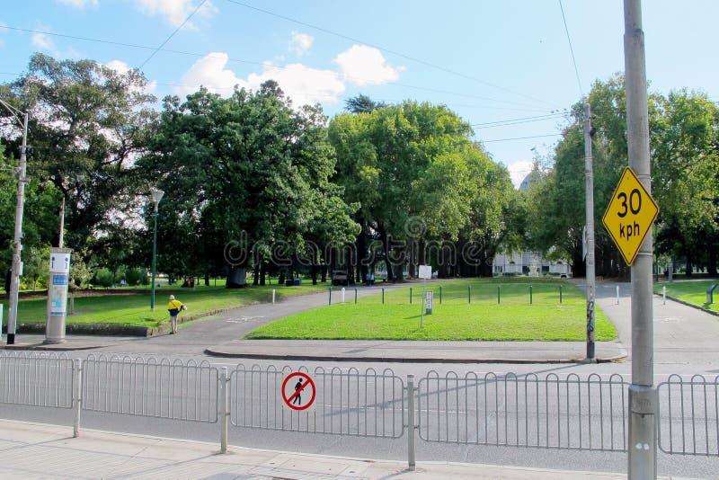 Giallo segnale stradale di limite di 30 km/h immagini stock libere da diritti