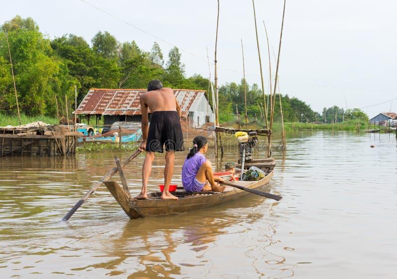 An Giang, Vietnam - 29 novembre 2014 : Une famille se déplaçant en bateau à rames, le moyen de transport le plus commun de la pop photo stock
