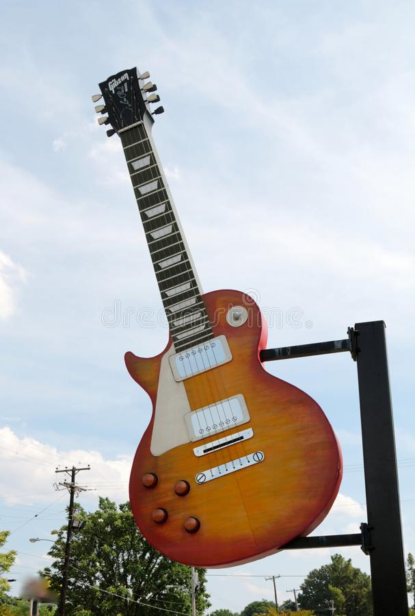Giant Gibson Guitar in Midtown Memphis, Tennessee. Gibson Guitar Corporation is an American maker of guitars and other instruments, now based in Nashville stock photos