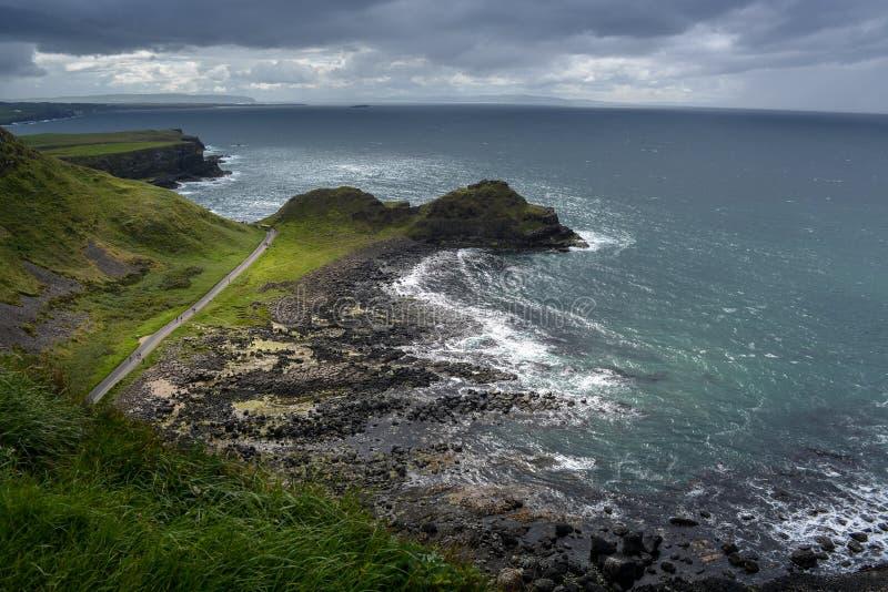 Giant& x27; s-vägbank, nord av Irland royaltyfria bilder