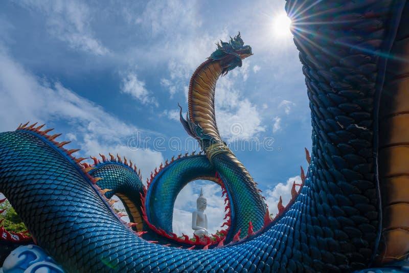 Giant Thai Naga Statue met blauw hemelwolken in de Phu Manorom Temple, royalty-vrije stock afbeeldingen