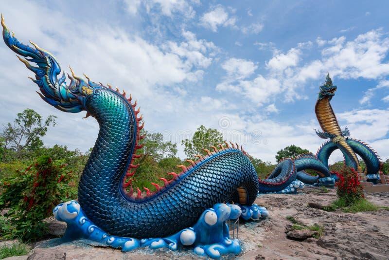Giant Thai Naga Statue met blauw hemelwolken in de Phu Manorom Temple, stock fotografie