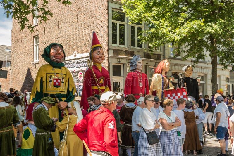 Giants ждать для того чтобы принимать участие в ежегодный парад 5 в городском Маастрихте стоковые изображения