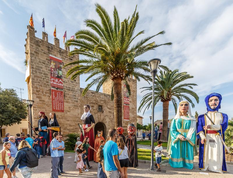 Giants défilent au ` Alcudia de Fira d images stock