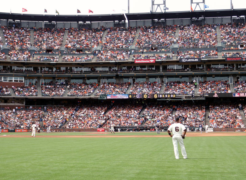Giants si leva in piedi intorno durante il trotto del homerun fotografia stock