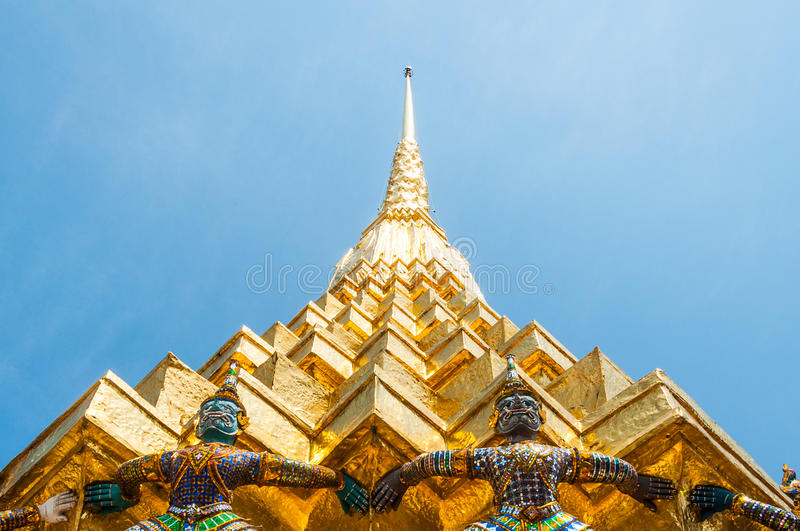 Giants soulèvent la pagoda d'or chez Wat Pra Kaew image stock