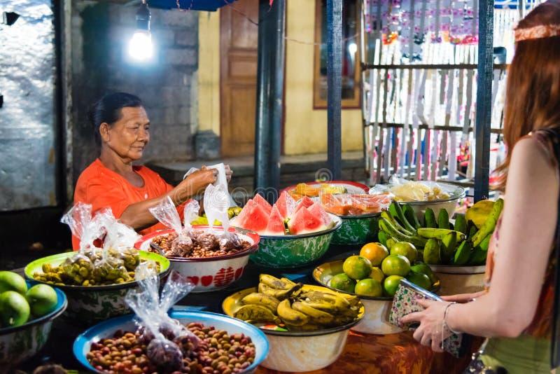 Gianyar在Gianyar省,巴厘岛,印度尼西亚的夜市场 库存图片