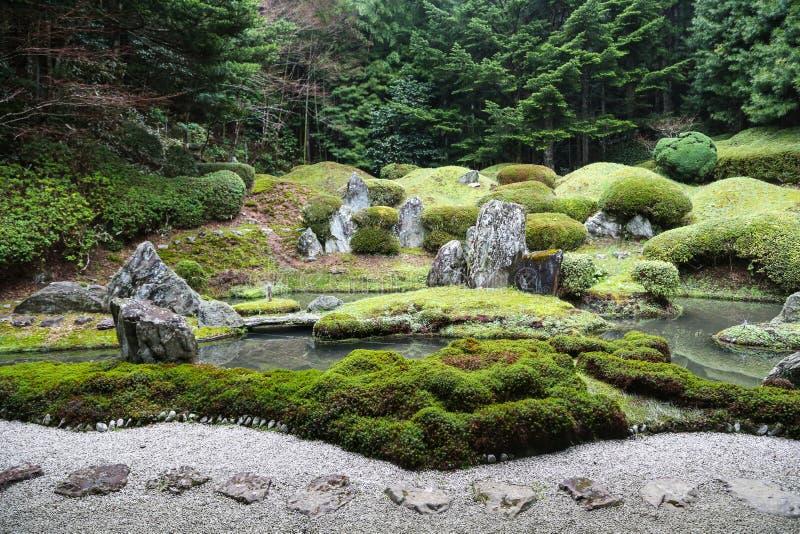Giapponese pacifico Zen Garden con lo stagno, le rocce, la ghiaia ed il muschio fotografia stock libera da diritti