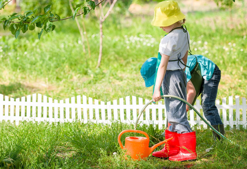Giardinaggio dei bambini fotografia stock libera da diritti