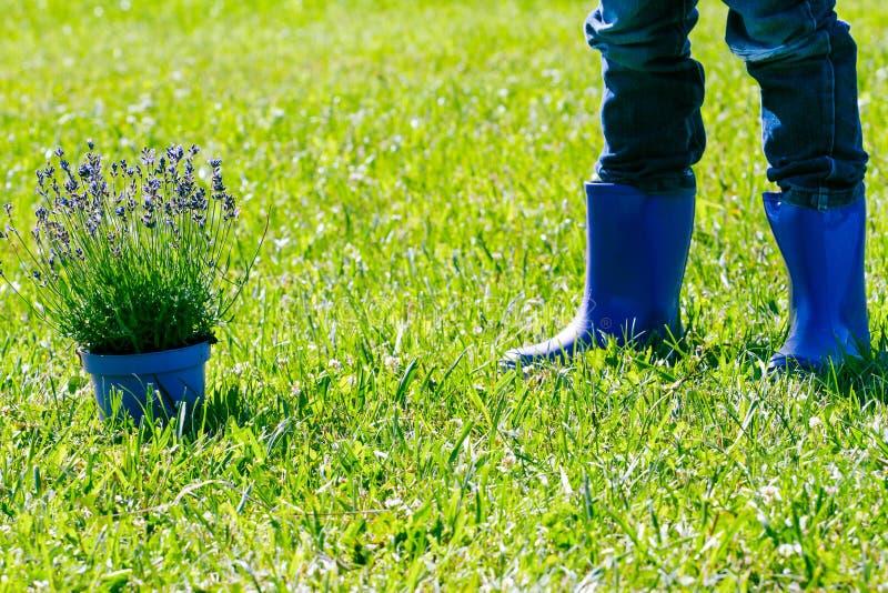 Giardinaggio dei bambini Gambe dei bambini e vaso di fiore pronto per piantare fotografie stock libere da diritti