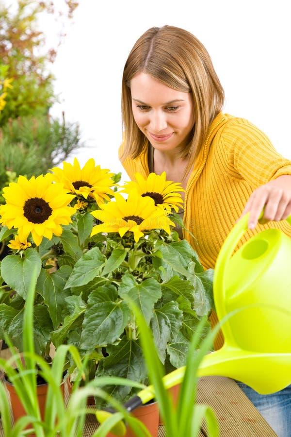 Giardinaggio - fiori di versamento della donna immagine stock libera da diritti