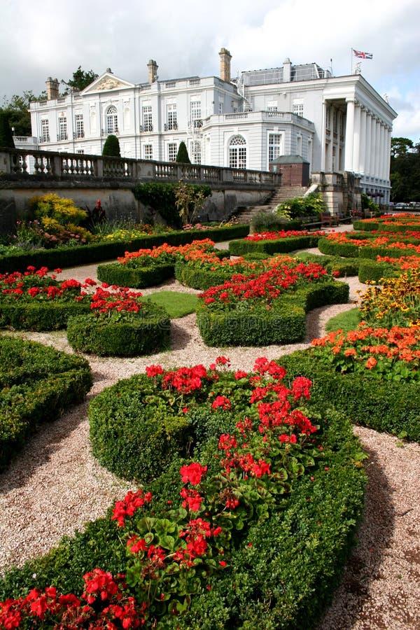 Giardini convenzionali e casa storica immagine stock