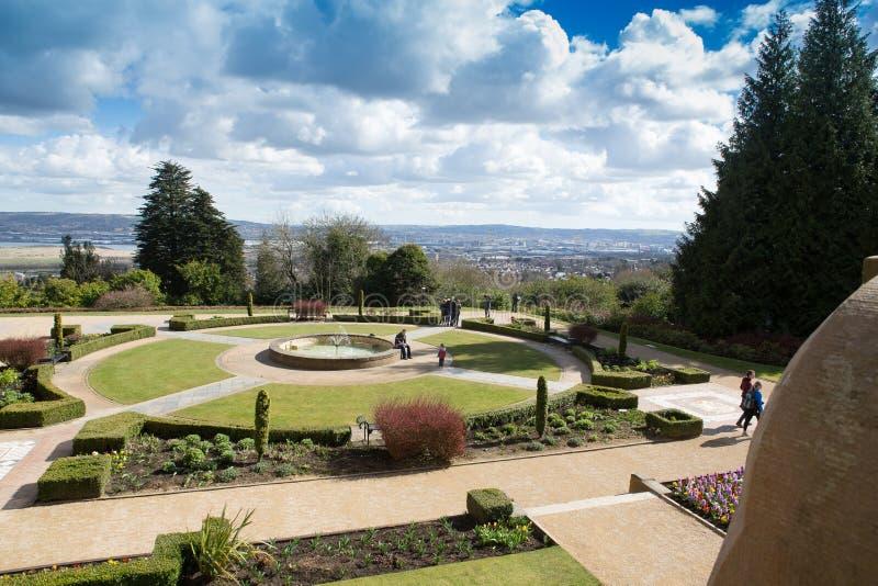 Giardini del castello di Belfast con il porto e la città nella distanza fotografia stock libera da diritti