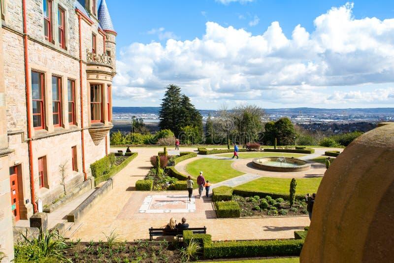 Giardini del castello di Belfast con il porto e la città nella distanza fotografia stock