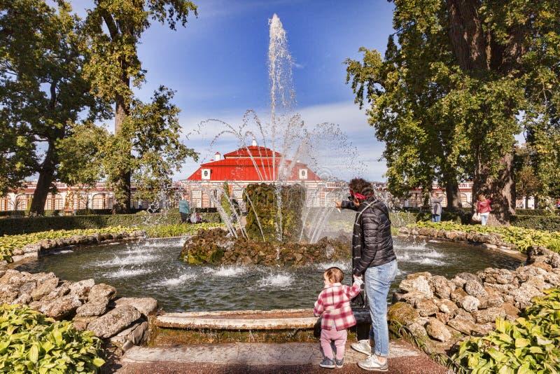 Giardini del palazzo di Peterhof, St Petersburg, Russia fotografia stock