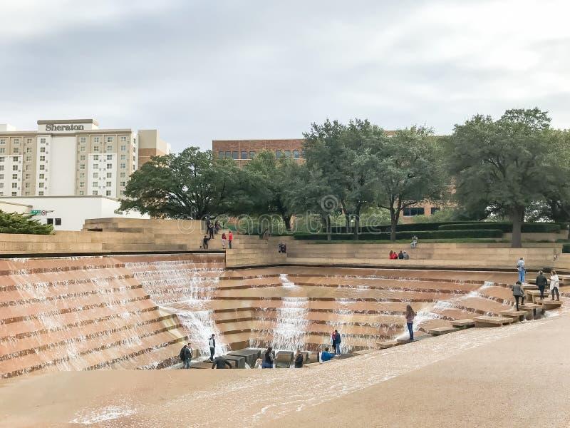 Giardini dell'acqua a Fort Worth del centro con gli ospiti fotografia stock