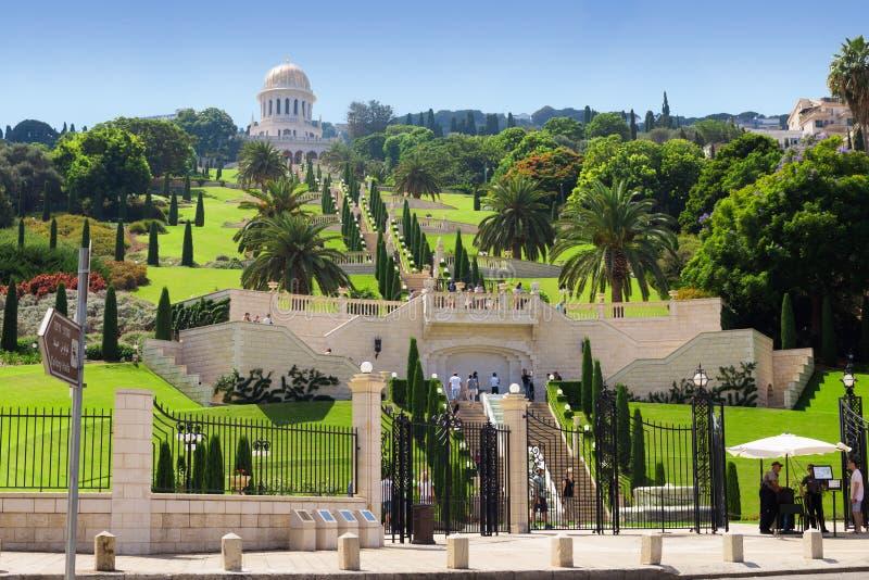 Giardini di Bahai Passeggiata dei turisti sul terrazzo immagini stock