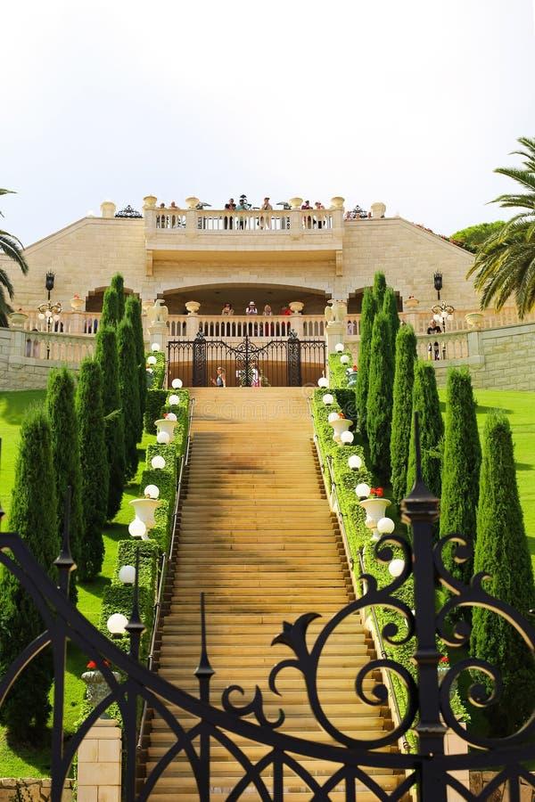 Giardini di Bahai, terrazzo con i turisti fotografie stock libere da diritti