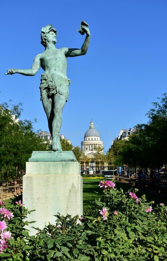 Giardini di Jardin du Lussemburgo Lussemburgo Grec di L'Acteur la statua greca dell'attore ed il panteon Parigi, Francia 15 ago immagini stock