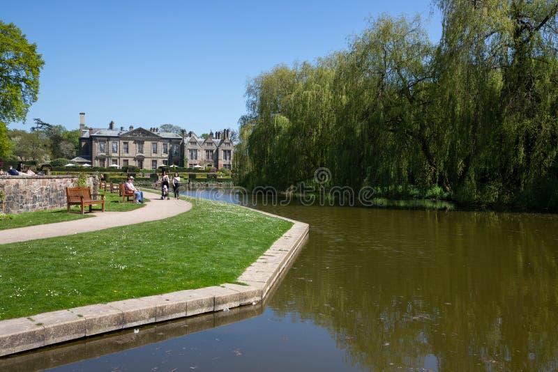 Giardini e lago a Coombe Abbey Coventry fotografie stock