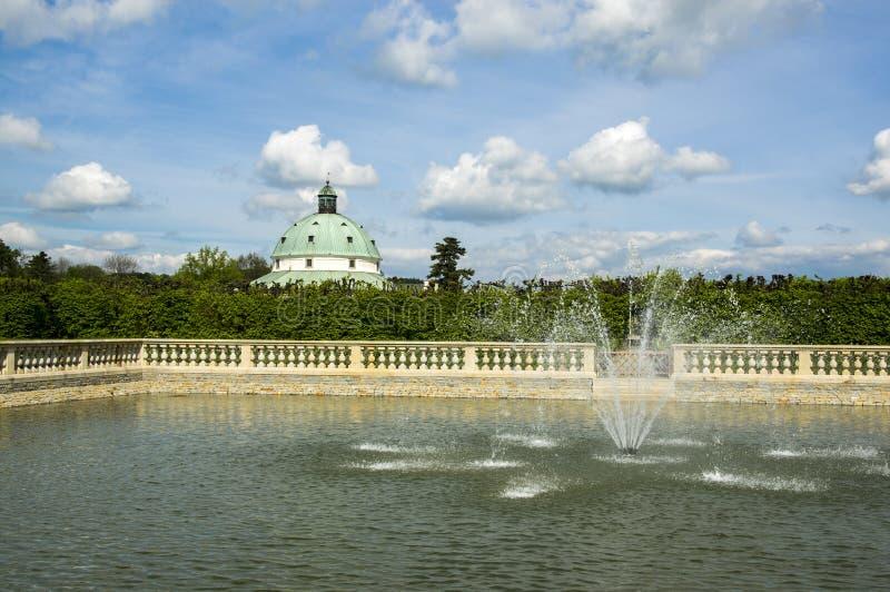 Giardini floreali nello stile francese, stagno di pesce con le fontane e costruzione rotunda in Kromeriz, repubblica Ceca, Europa fotografie stock libere da diritti