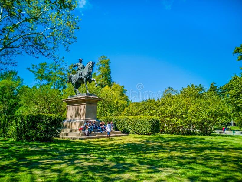Giardini Margherita trädgårdar i bolognaen Victor Emmanuel II av savojkålstatyn royaltyfri fotografi