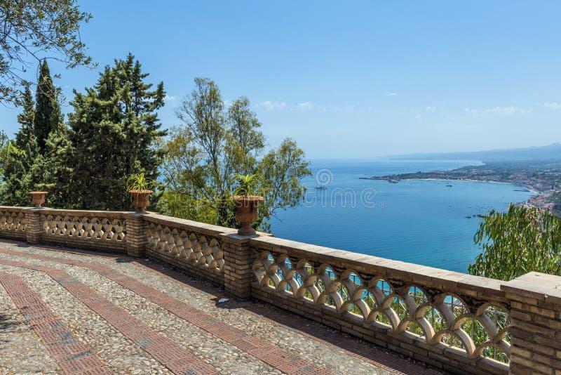 Giardini pubblici e vista sul mare in Taormina, Sicilia fotografie stock