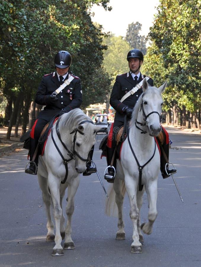 Giardini Roma Italia di Borghese della polizia montati cavallo immagini stock