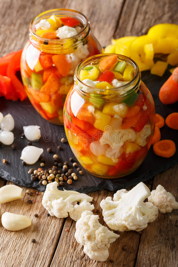 Giardiniera marinato casalingo piccante con i peperoni, le carote e Cau immagine stock