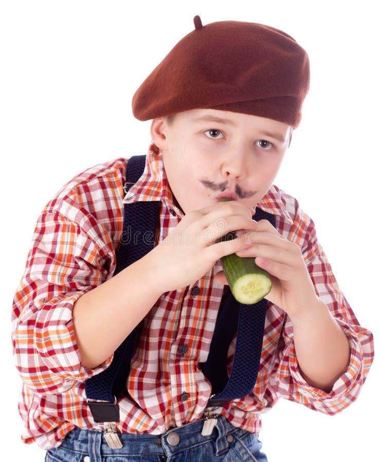 Giardiniere che mangia cetriolo verde immagine stock libera da diritti