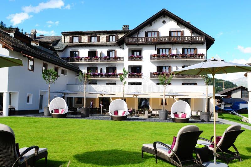 Giardino山旅馆庭院椅子提供放松 免版税图库摄影