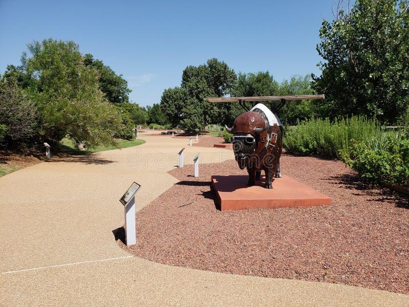 Giardino all'aperto intorno al centro di storia di Oklahoma immagini stock