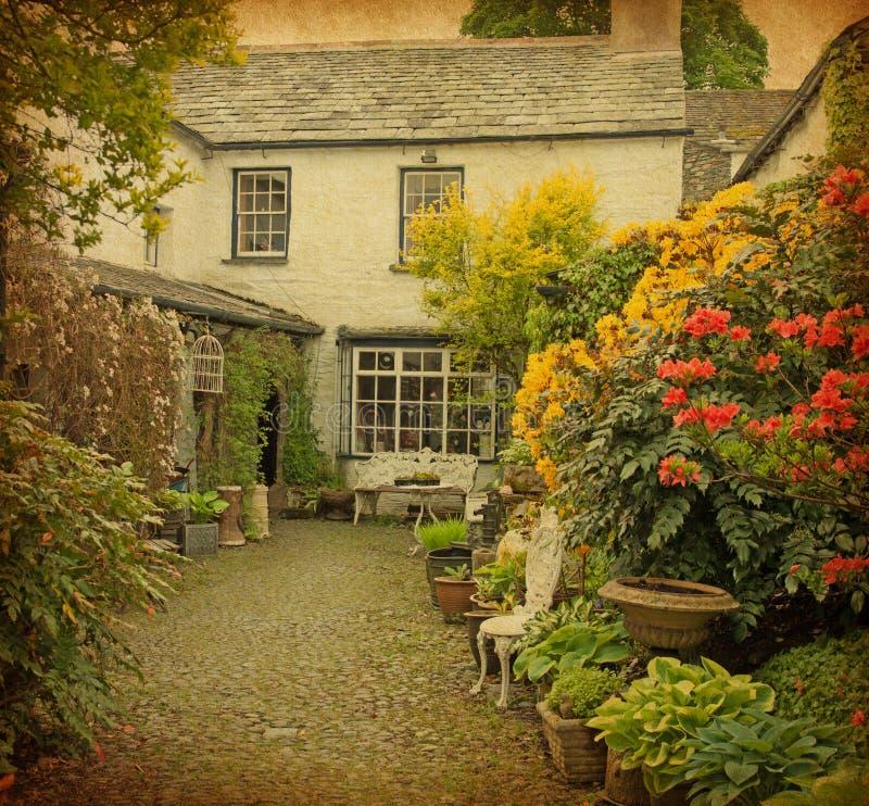 Giardino alla parte anteriore di vecchia casa immagini stock libere da diritti