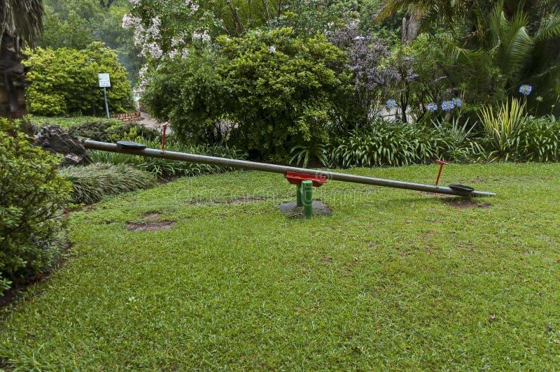 Giardino bagnato di mattina dopo la notte piovosa in Sabie immagini stock libere da diritti
