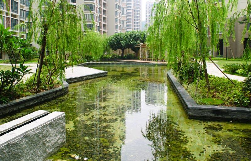Giardino centrale in un nuovo distretto residenziale fotografia stock