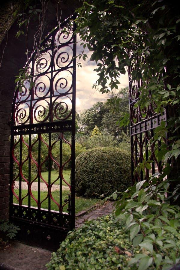 Giardino con un cancello fotografia stock