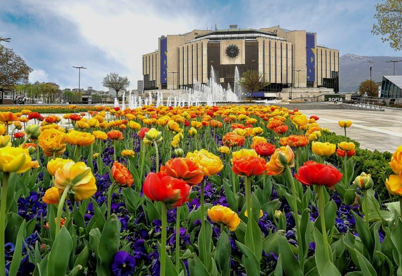 Giardino davanti al palazzo nazionale di cultura, Sofia fotografia stock