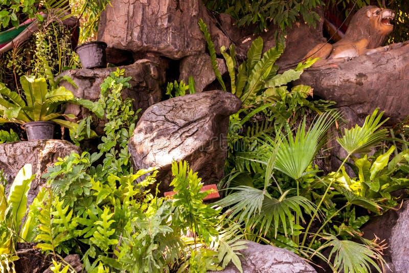 Giardino decorato con le pietre e gli alberi fotografia stock libera da diritti