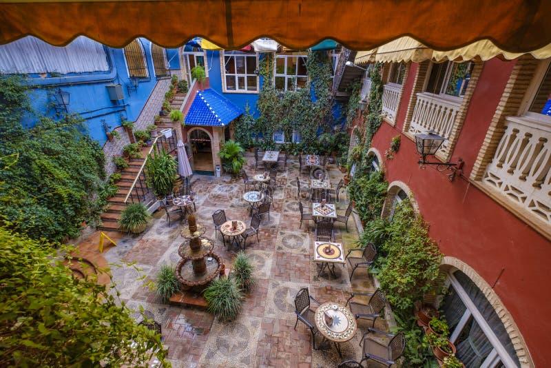 Giardino del cortile con il terrazzo pieno della decorazione fotografia stock libera da diritti