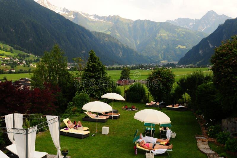 Giardino dell'hotel Stefanie, Hippach, Zillertal, Tirolo fotografie stock libere da diritti