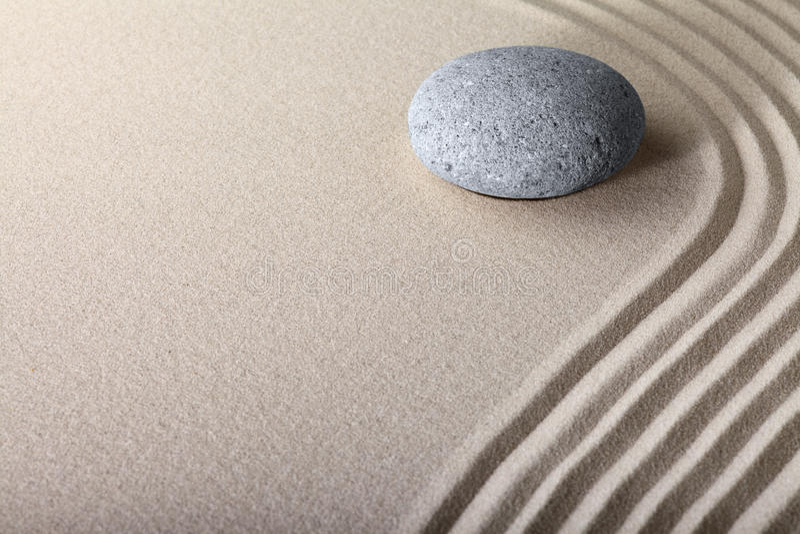Giardino della stazione termale di meditazione della pietra della sabbia di zen fotografia stock libera da diritti