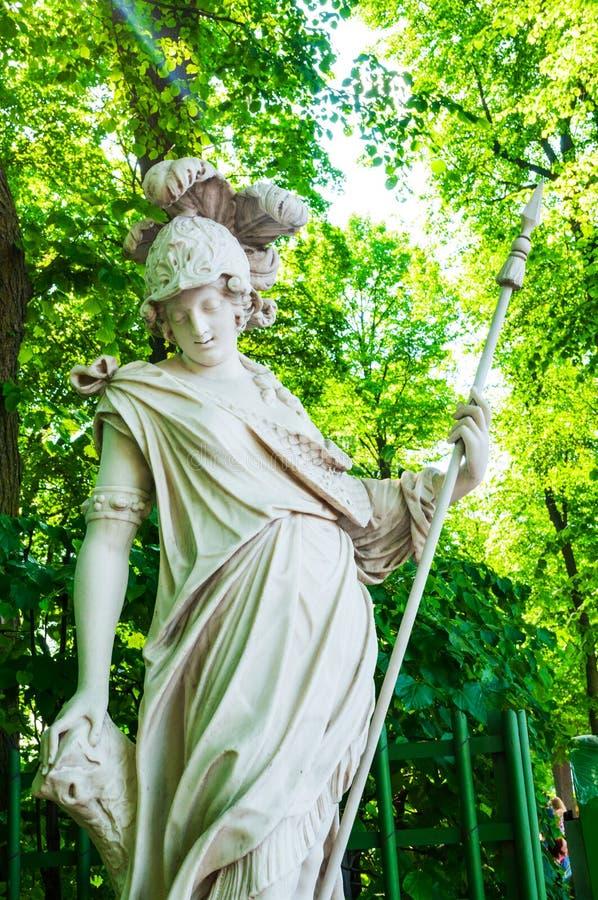 Giardino di estate, St Petersburg, Russia La dea Minerva, vestito in armatura e nel riposo su una lancia fotografia stock libera da diritti