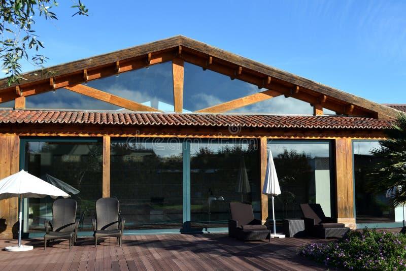 Giardino di legno della casa dello stagno fotografie stock