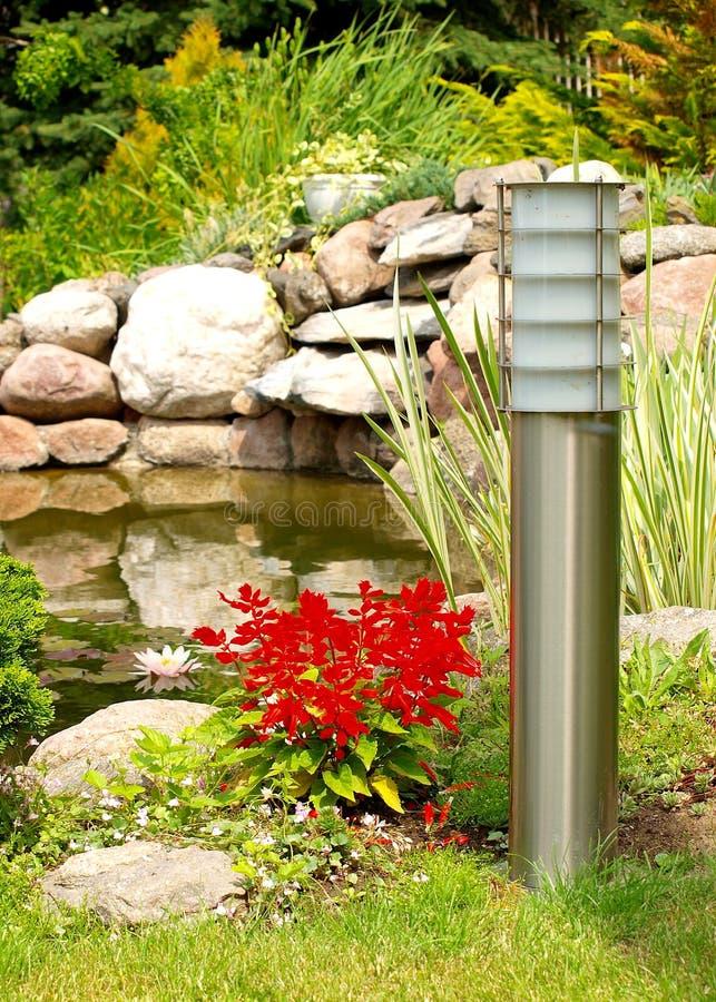 Giardino di roccia con la lampada solare fotografia stock libera da diritti