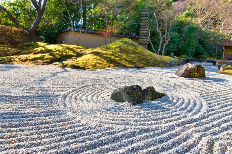 Giardino di zen ad una mattina piena di sole fotografia stock