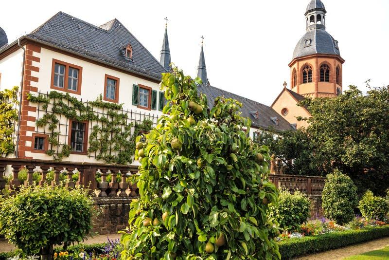 Giardino e basilica del convento in Seligenstadt sulle banche di di fiume Main,  La Germania immagini stock libere da diritti